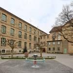 Die Turnhalle im rechten Gebäudeteil der Schule