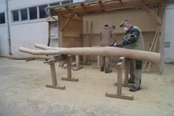 ein Mitarbeiter der Firma Robi-Play Spielplatzgeräte und Freizeitanlagen bei der Fertigung eines Spielplatzgerätes ©Stadtverwaltung Naumburg (Saale)