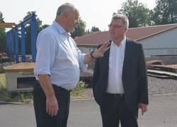 Geschäftsführer, Hans-Ulrich Hedicke, und Oberbürgermeister, Bernward Küper, beim gemeinsamen Firmenrundgang ©Stadtverwaltung Naumburg (Saale)
