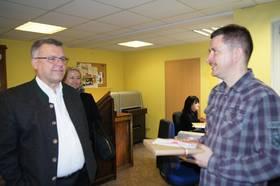 die beiden Vertreter der der Stadtverwaltung Naumburg (Saale) beim gemeinsamen Firmenrundgang mit Hans-Peter Felber ©Stadtverwaltung Naumburg (Saale)