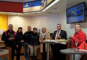Mitarbeiter der Esso Station, Frank Theml, und die beiden Vertreter der Stadtverwaltung Naumburg (Saale) ©Stadtverwaltung Naumburg (Saale)