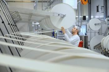 ein Mitarbeiter der Firma Innovate Wet Wipes GmbH bei der Produktion ©Torsten Biel
