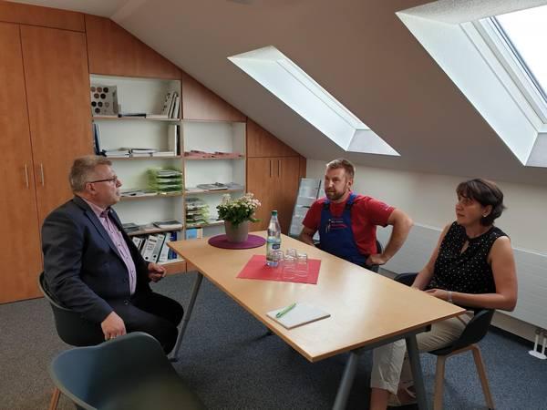 Oberbürgermeister, Bernward Küper, im Gespräch mit Geschäftsführer, Denis Sünkel, und dessen Ehefrau, Silke Sünkel ©Stadtverwaltung Naumburg (Saale)