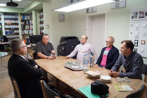 die Geschäftsleitung der Firma Weber & Weber GmbH, Andreas Weber, Frank Weber und René Weber, im Gespräch mit Oberbürgermeister, Bernward Küper, sowie eines Mitarbeiters ©Stadtverwaltung Naumburg (Saale)
